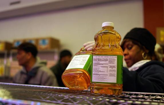 A volunteer distributes food at a Brooklyn food pantry. (Photo: Spencer Platt/Getty Images)