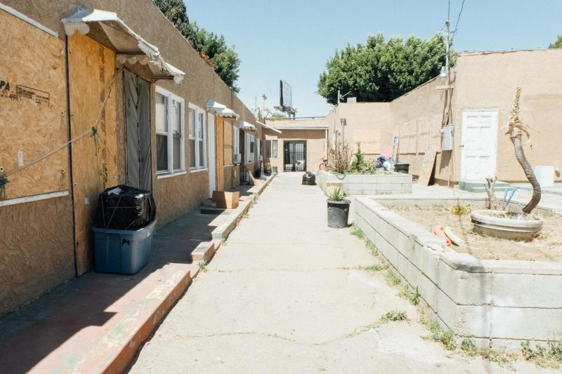 At this Mid-City apartment complex, tenants faced eviction threats during the pandemic. (AL KAMALIZAD / LAIST)