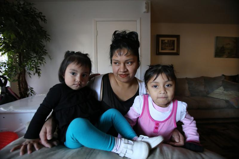 Dionila Roblero (center) with her daughters Daisy (4) and Saraí (1).